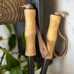 Kleine Skistöcke zur Dekoration im Vintagestil