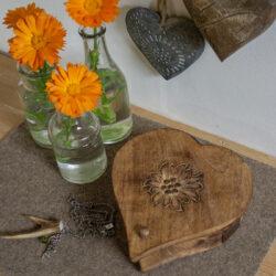 Schatulle aus Holz mit Edelweiss Motiv