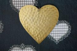 Flaches gehämmertes Herz aus Metall in Gold