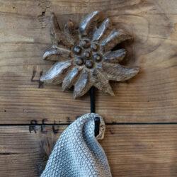 Haken aus Holz mit Edelweiss Alpen Motiv