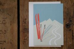 Klappkarte Der Berg Ruft mit Ski und Berge und Kuvert
