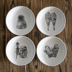 Schale aus Keramik mit Rucksack Mütze Schneeschuhe Handschuhe