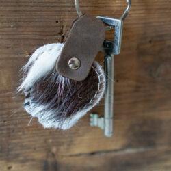Schlüsselanhänger in Form einer Kuhglocke aus Echtfell mit Filz und Leder