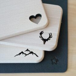 Kleines Holz Brett aus Buche mit Motiv Geweih Herz Berge Alpen